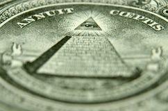 La profundidad baja de la imagen del campo del ojo de la providencia en la parte de atrás de un americano escoge imagen de archivo libre de regalías