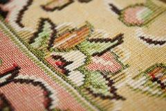 La profundidad del campo encendido apoya de un detalle de la alfombra persa Fotografía de archivo