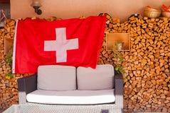 La progettazione dei chalet di legno nello stile nazionale e della bandiera obbligatoria della Svizzera fotografie stock libere da diritti