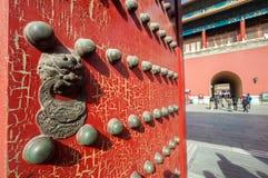 La progettazione del leone su una porta di legno rossa che conduce al portone nordico del complesso, il portone Divine potrebbe fotografia stock libera da diritti