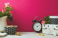La progettazione dell'intestazione del sito Web con il fascino femminile obietta sopra fondo rosa Fotografia Stock