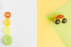 La progettazione dello scrittorio dei bambini con i giocattoli ingiallisce lo spazio bianco di vista superiore del fondo per test Fotografia Stock Libera da Diritti