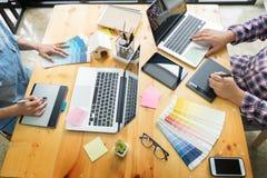 La progettazione grafica partners il lavoro insieme il rinnovamento e del technolo immagini stock