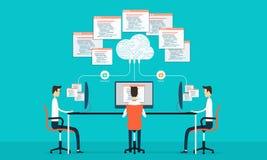 La programmazione del gruppo sviluppa il web e l'applicazione sul lavoro della rete della nuvola Immagine Stock Libera da Diritti
