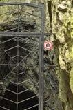La prohibición en la fotografía del objeto Una muestra en el metal de la puerta de la entrada Las cuevas en el parque nacional Pa Imagen de archivo