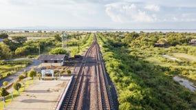 La prohibición Kok de la estación de tren de la visión aérea lanzó la presa Lopburi del PA con una honda Sak tailandés imágenes de archivo libres de regalías