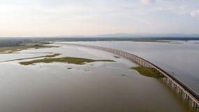La prohibición Kok de la presa del PA Sak del ferrocarril de la visión aérea lanzó Lopburi con una honda Tailandia Fotos de archivo libres de regalías