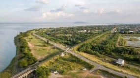 La prohibición Kok de la presa del PA Sak del ferrocarril de la visión aérea lanzó Lopburi con una honda Tailandia fotografía de archivo libre de regalías