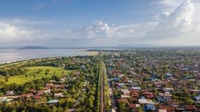 La prohibición Kok de la visión aérea lanzó la presa Lopburi Tailandia Interstiti del PA con una honda Sak imagenes de archivo