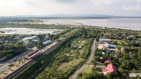 La prohibición Kok de la visión aérea lanzó la presa Lopburi Tailandia Interstiti del PA con una honda Sak foto de archivo