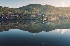 La prohibición Rak de los pueblos y de los lagos tailandés es poco pueblo que rodea un pequeño lago fotografía de archivo