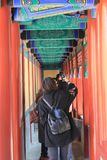 La promenade chinoise rouge avec les filles image stock