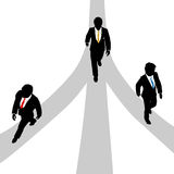 La promenade d'hommes d'affaires divergent sur 3 chemins Photo stock