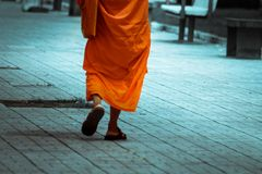 La promenade d'un moine photos stock