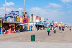 La promenade de bord de la mer de Coney Island à New York sur le beau su Image libre de droits