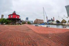 La promenade de bord de mer au port intérieur avec le phare de monticule de sept pieds, d'abord allumé images libres de droits
