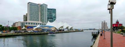 La promenade de bord de mer au port intérieur avec le phare de monticule de sept pieds, d'abord allumé photo stock