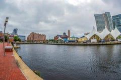 La 'promenade' de la costa en el puerto interno con la opinión de ángulo grande del río de Potapsco imágenes de archivo libres de regalías