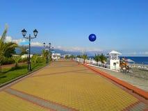 La 'promenade' de la playa en el día soleado foto de archivo