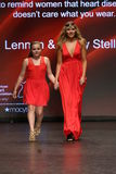 La promenade de Maisy Stella (l) et de Lennon Stella la piste à l'association américaine de coeur vont rouge pour des femmes Photos stock