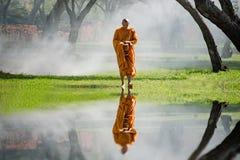 La promenade de moine bouddhiste reçoivent la nourriture pendant le matin photo libre de droits
