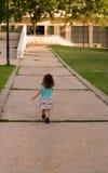 La promenade de petite fille sur la route Photos libres de droits