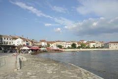 La 'promenade' de la playa del mar adriático - Umag, Croacia, Europa Foto de archivo libre de regalías