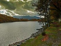 La promenade Dolgellau de précipice avec Autumn Sunburst images libres de droits