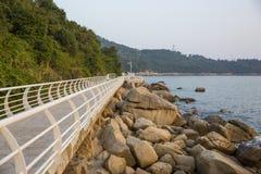 La 'promenade', el mar y rocas Imágenes de archivo libres de regalías