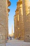 La promenade le long des colonnes images stock
