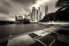 La 'promenade' nuevamente construida en la reina Elizabeth Walk que pasa por alto el horizonte de Singapur del distrito financier imagen de archivo