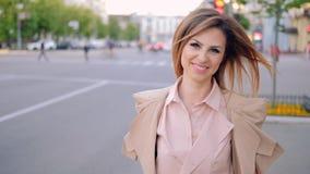 La promenade urbaine de femme d'affaires a déterminé le sourire clips vidéos