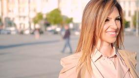 La promenade urbaine de femme d'affaires a déterminé le sourire banque de vidéos
