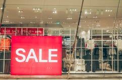 La promotion des ventes des femmes façonnent à des vêtements le magasin de détail dans le centre commercial, autocollant de signe images libres de droits