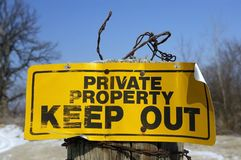 La propiedad privada firma adentro zona rural imagenes de archivo