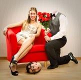 La proposition d'amour pour l'ami d'homme de ballot de Saint Valentin avec le cadeau de fleur perd sa tête Images libres de droits