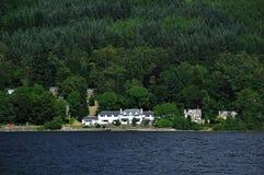 La proprietà terriera scozzese sulla riva del lago guadagna Immagine Stock Libera da Diritti