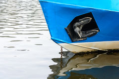 La prora del traffico della nave sulla superficie del fiume Fotografia Stock