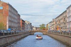La prospettiva di un canale e di un battello da diporto galleggia nell'ambito del bridg Fotografia Stock