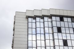 La prospettiva ha sparato del pavimento multiplo di una costruzione di verniciatura della facciata con il cielo nuvoloso a Ankara Fotografie Stock