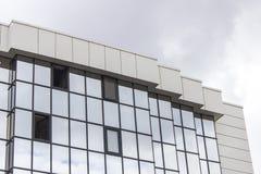 La prospettiva orizzontale ha sparato del pavimento multiplo di una costruzione di verniciatura della facciata con il cielo nuvol Fotografia Stock