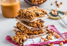 La protéine barre la granola avec les graines, le beurre d'arachide et les fruits secs, photographie stock libre de droits