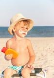 La protección solar del dibujo del bigote en cara del bebé (muchacho) Foto de archivo libre de regalías