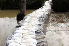La protection d'inondation de barrières de bac à sable couverte de protection d'inondation de tissu et de bac à sable de géotexti photo libre de droits