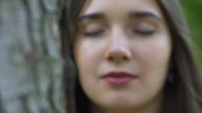 La protection de l'environnement, fourmis se déplacent sur l'arbre, femme sent la nature d'unité, vie amoureuse clips vidéos