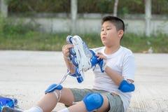 La protection de port de garçon asiatique a placé avant patin extérieur Photographie stock