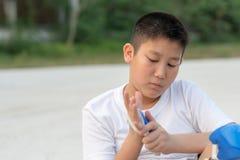 La protection de port de garçon asiatique a placé pour le patin extérieur Image stock