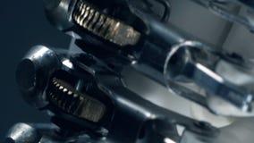 La protesi bionica si muove, funzionamento automatizzato stock footage