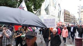 La protesta de la calle en Francia contra Macron reforma ruido que camina de las banderas de los carteles, almacen de metraje de vídeo