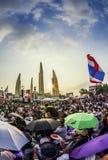 La protesta de Tailandia en el monumento de la democracia contra el gobierno Foto de archivo libre de regalías